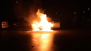 Lastiği Patlayıp, Jantı Isınan Otomobil Alev Topuna Döndü
