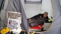 Türk Baba Oğlu İçin Danimarka Sarayı'nın Karşısında Açlık Grevine Başladı