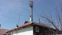 Evin Ortasındaki Elektrik Direği Görenleri Şaşırtıyor