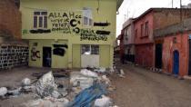 Sokağa çıkma yasağı kaldırılan Sur İlçesi'nde 'Türkün gücünü göreceksiniz' yazısı